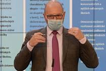Ministr školství, mládeže a tělovýchovy Robert Plaga vystoupil 15. dubna 2020 v Praze na tiskové konferenci k uvolňování protikoronavirových opatření ve školství