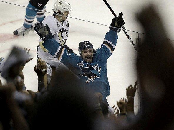 Radost Joonase Donskoie poté, co vstřelil vítězný gól Sharks.