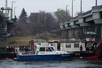 Českou nákladní loď, která uvázla na Labi v centru Drážďan, se podařilo vyprostit.