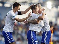 Stanislav Klobása z Mladé Boleslavi (uprostřed) se raduje se spoluhráči z gólu.