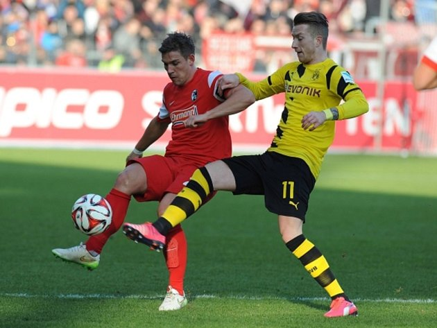Marco Reus z Dortmundu (vpravo) a Oliver Sorg z Freiburgu.