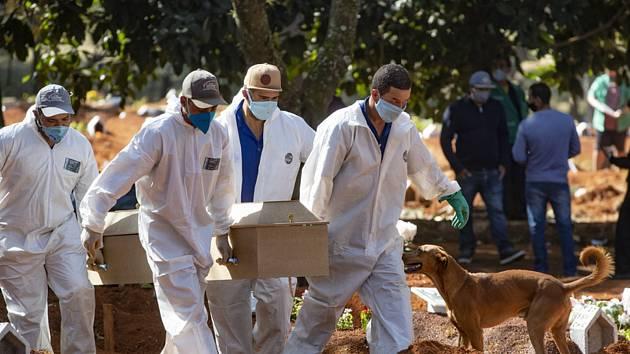 Pohřeb oběti nemoci covid-19 v brazilském Sao Paulu, 20. května 2020