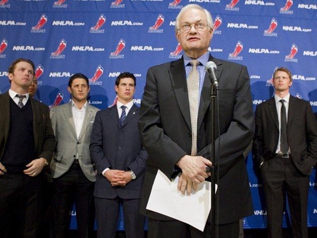 Výkonný ředitel hráčské asociace NHL Donald Fehr (vpředu) a hokejisté (zleva) Daniel Cleary, Shawn Horcoff, Sidney Crosby a Eric Staal po dalším jednání.