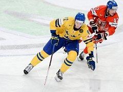 Petr Koukal (vpravo) a Gabriel Landeskog ze Švédska na mistrovství světa.