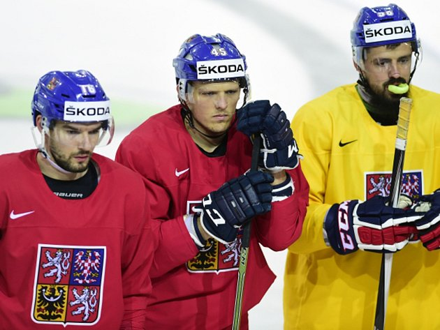 Čeští hokejisté (zleva) Michal Birner, Radim Šimek a Richard Jarůšek na tréninku reprezentace.