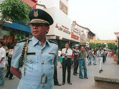 Indonéský policista v ulicích Jakarty. Ilustrační foto