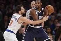 Kevin Durant z Oklahomy (vpravo) a Jose Calderon z NY Knicks.