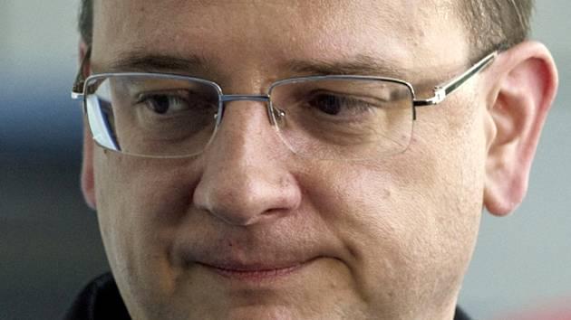 Odstupující premiér Petr Nečas přichází na výkonnou radu ODS, na které by měl rezignovat i na funkci předsedy občanských demokratů.