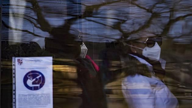 Cestující s respirátory - ilustrační foto