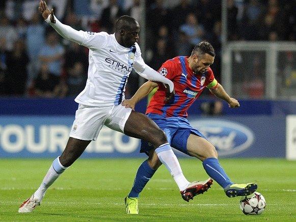 Yaya Touré (vlevo) z Manchester City a plzeňský kapitán Pavel Horváth.