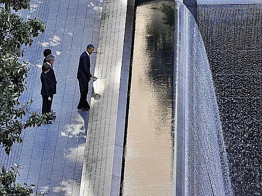 Prezident Barack Obama a exprezident George Busch s manželkami při pietní akci v New Yorku.