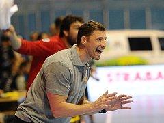 Trenér Daniel Čurda hecuje své svěřence.
