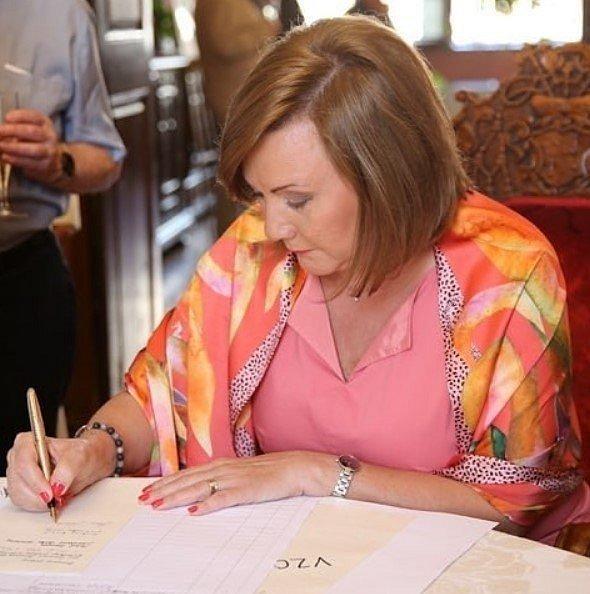 Alena Schillerová při podpisu