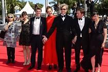 Německý režisér Wim Wenders (v čele) se svou manželkou Donatou (po jeho pravici) pózují na nedávném filmovém festivalu v Cannes.