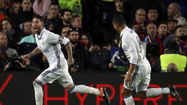Sergio Ramos z Realu se raduje z vyrovnání v duelu s Barcelonou.