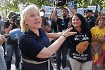 Španělské matky demonstrují před soudem, který vynese verdikt nad gynekologem Eduardem Velou