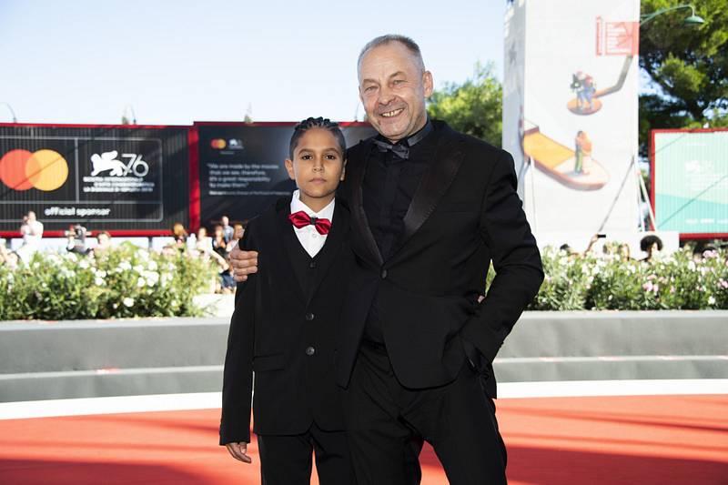 Režisér Václav Marhoul (vpravo) s hercem Petrem Kotlárem na filmovém festivalu v Benátkách.
