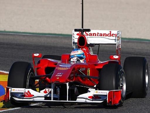 Fernando Alonso v monopostu Ferrari na okruhu ve Valencii.