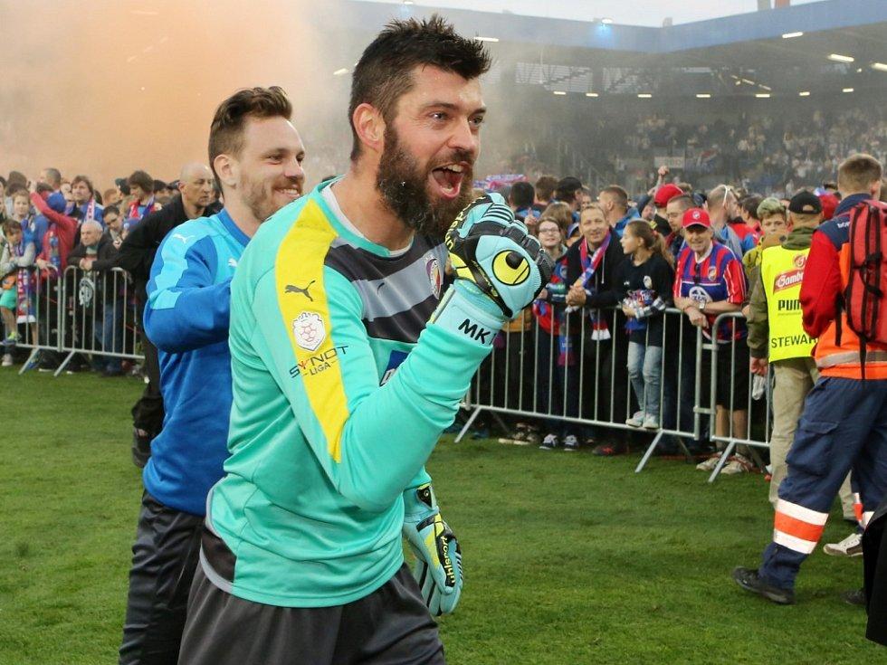 Brankář Plzně Matúš Kozáčik během oslav mistrovského titulu.