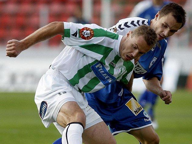 Jaroslav Dittrich z Bohemians Praha (v pruhovaném) bojue o míč s Lovre Vulinem ze Slovanu Liberec.