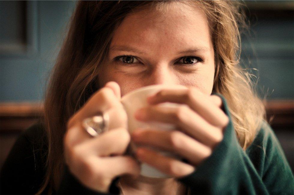 Pro vaše dítě bude pravděpodobně zdravější, když si vypije slabý šálek kávy, než když bude pít sladkou limonádu.