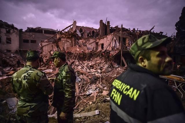 Vojáci pátrají po přeživších ve zničeném městě Gjandža.
