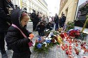 Lidé si 17. listopadu připomněli události 17. listopadu 1989 u pamětní desky na Národní třídě v Praze.