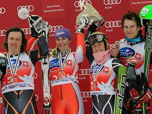 Čeští lyžaři (zleva) Ondřej Bank, Šárka Záhrobská, Lucie Hrstková a Kryštof Krýzl zakončili SP triumfem v soutěži družstev.