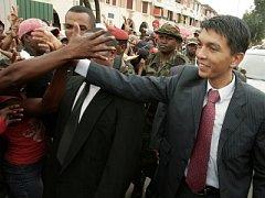 Vůdce opozice na Madagaskaru Andry Rajoelina zdraví své příznivce.