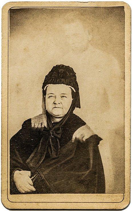 """Jeden z nejslavnějších """"spiritických"""" snímků amerického fotografa 2. poloviny 19. století Williama Mumlera. Fotografie údajně zachycuje Mary Todd Lincolnovou ve společnosti ducha jejího manžela, Abrahama Lincolna"""