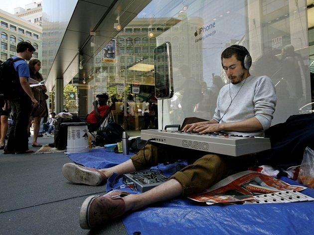 Eric Fischer si krátí čekání na nový přístroj komponováním hudby. V kalifornském San Francisku vydržel ve frontě čtyři dny.