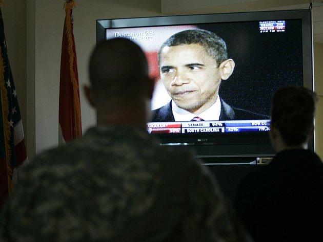 Voják na americké ambasádě v iráckém Bagdádu sleduje projev zvoleného prezidenta Baracka Obamy.