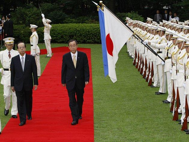 Generální tajemník OSN Pan Ki-mun (vpravo) je znepokojen situací v Zimbabwe.