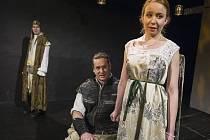 Shakespeare opět u Kašparů! Po skvělém Richardovi III. dostal Jan Potměšil od principála režiséra Jakuba Špalka roli žárlivého Othella. Desdemonu hraje mladinká Alena Doláková.