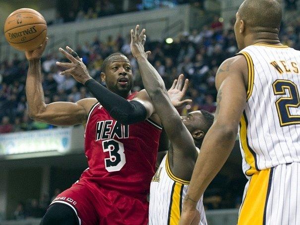 Dwyane Wade z Miami Heat se snaží prosadit přes precizní obranu Pacers.