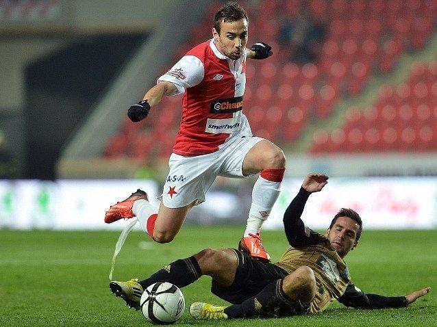 Slavia - Znojmo:  Damien Boudjemaa ze Slavie (vlevo) a Matúš Lacko ze Znojma.