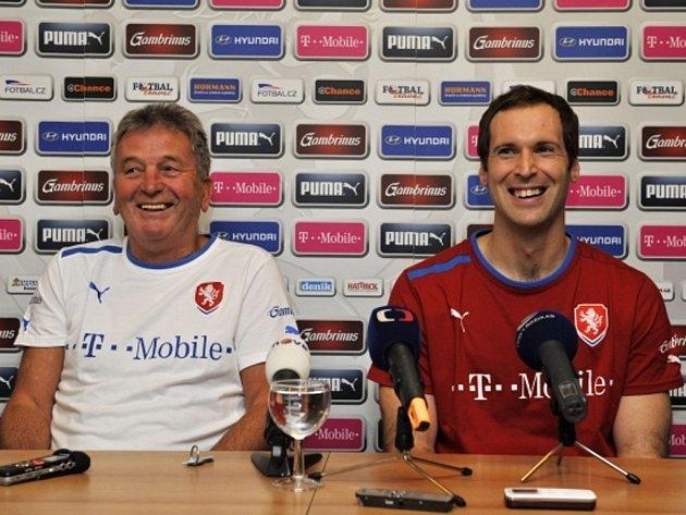 Hlavní trenér týmu české fotbalové reprezentace Josef Pešice (vlevo) a brankář Petr Čech vystoupili 14. listopadu na tiskové konferenci v Olomouci.