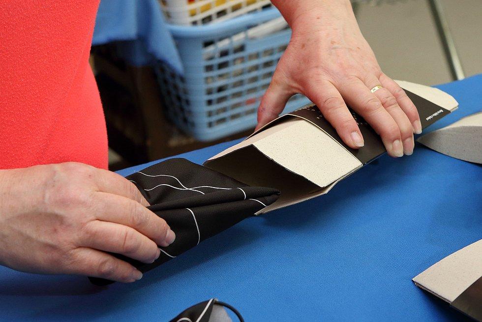 Hotový šátek se vkládá do ekologicky rozložitelné krabičky.
