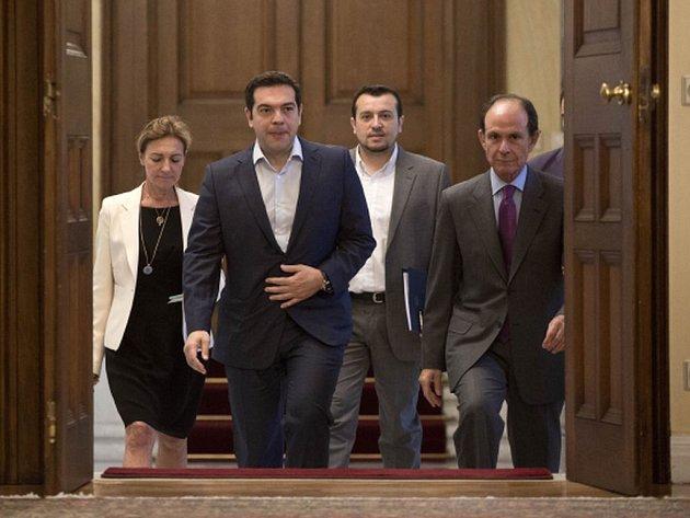 Řecký premiér Alexis Tsipras musí nyní rychle objasnit, co má v plánu dělat po nedělním referendu, ve kterém voliči odmítli podmínky věřitelů.