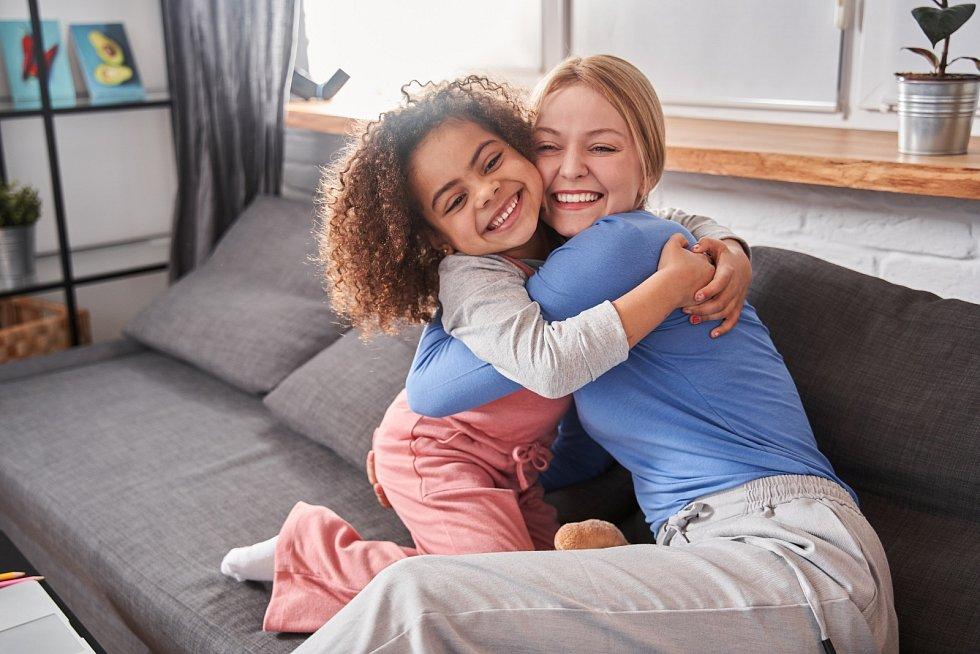 Ačkoliv jsou děti jiné pleti vychovávány v lásce, rodiče odlišné pleti mohou selhat vtom, že přehlíží jejich skutečnou identitu.