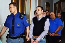 Násilníci David Bledy a Ladislav Feri z Duchcova přicházejí k soudu.
