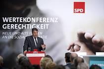 U sociálních demokratů se v poslední době spekuluje o tom, zda strana jako kandidáta na kancléře v příštích volbách postaví svého stávajícího šéfa Sigmara Gabriela, nebo někoho jiného.