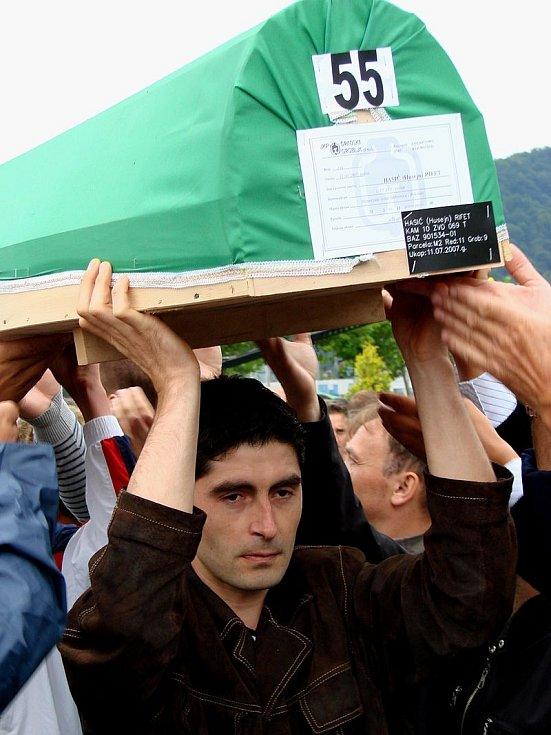 Exhumované oběti srebrenického masakru byly v roce 2007 opětovně obřadně pohřbeny