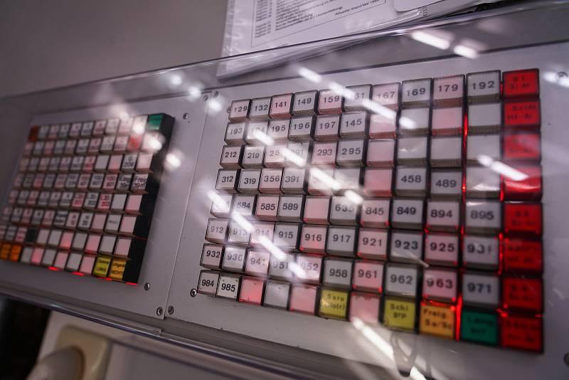 Panel ve velínu elektrárny.