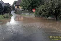 Laguny vody po dešti v Plzni.