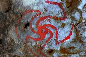 Zvýrazněná kresba symbolu větrníku nalezená v jeskyni