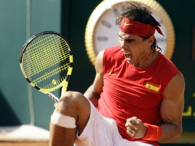 Rafael Nadal slaví vítězství nad Roddickem a postup do finále Davisova poháru.