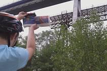 Vítězná fotografie. Autorem je Pavlína Petráková z Oslovan. Vláček na starém železničním mostě řeka Jihlava