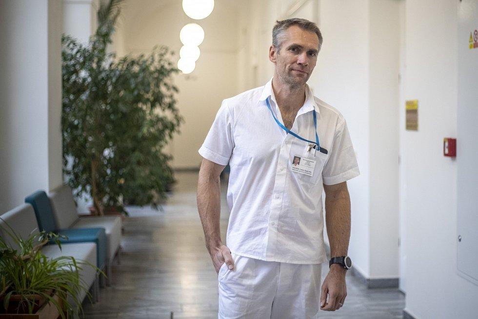 Rozvoj příznaků je u osteoartrózy plíživý a dlouhodobý, někdy trvá i roky, varuje Ladislav Šenolt.