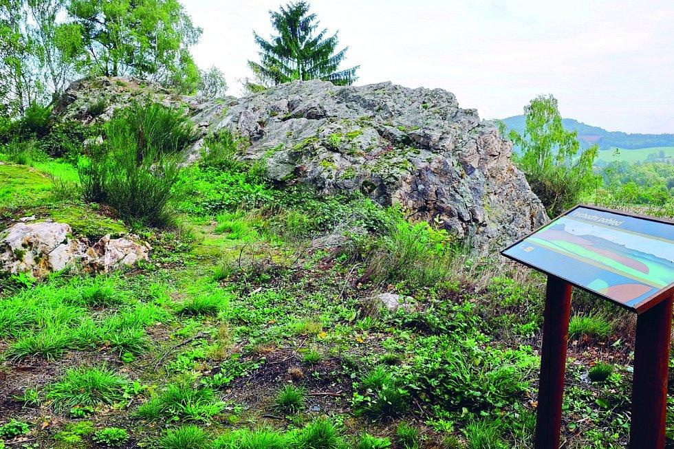 Pověst podobná té o blanických rytířích se vypráví o Chodovských skalách poblíž Chodova u Domažlic.